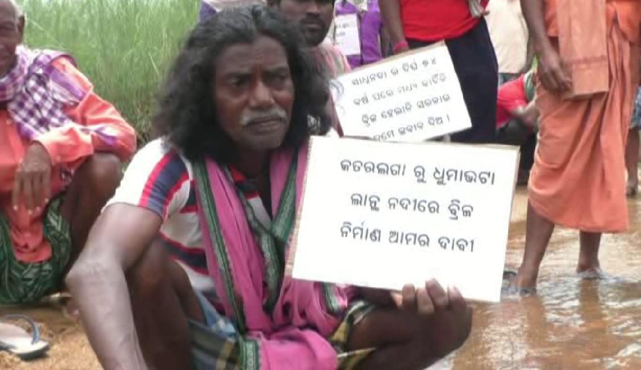 People Water Protest In Lanth River Demanding Bridge