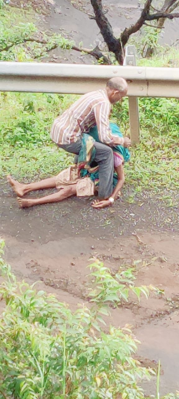 70 Years Old Man Carries His Wife In Shoulder Hospital Nandurbar